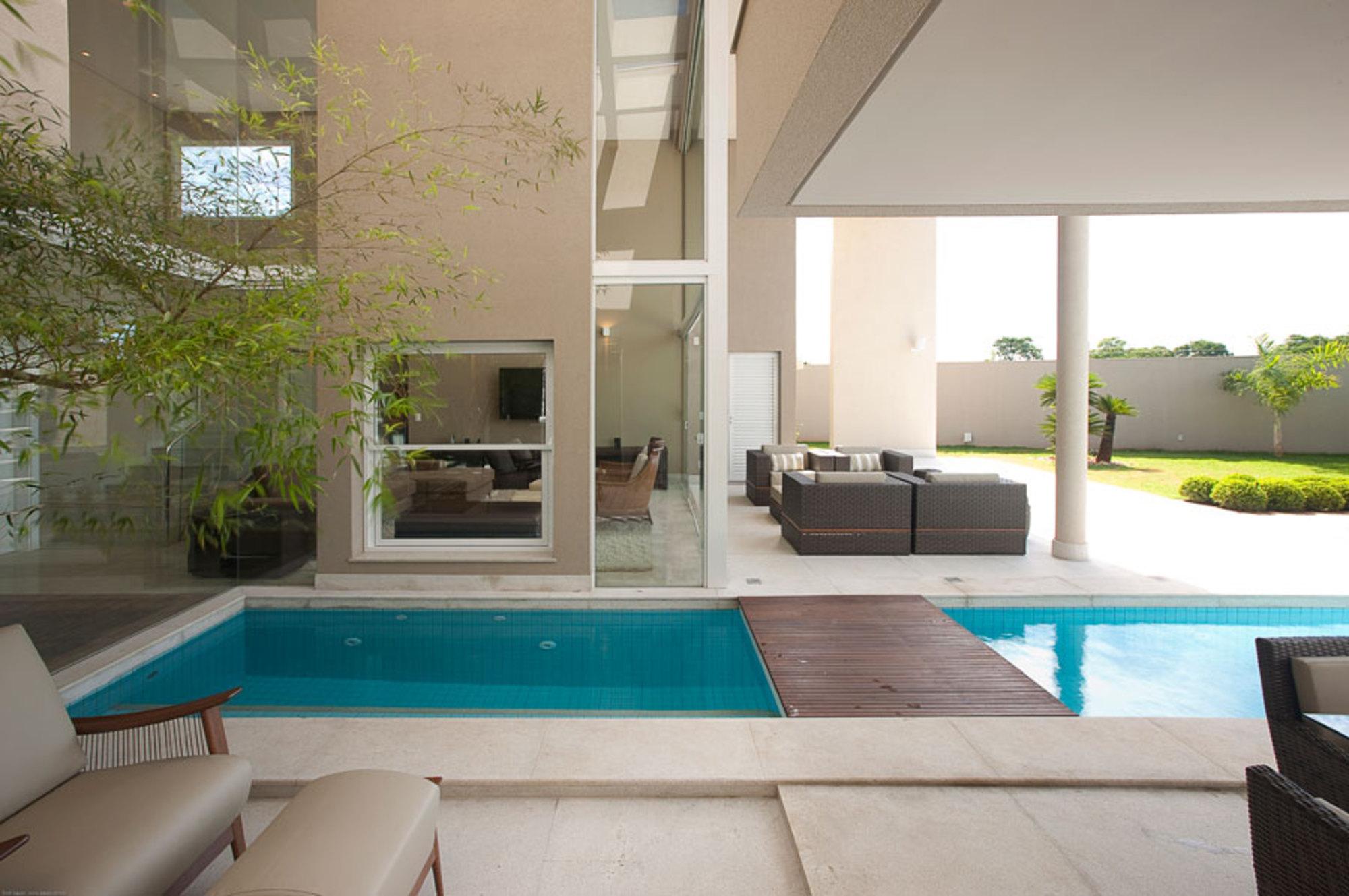 Uma piscina dentro de casa casa de valentina for Casas con piscina interior fotos