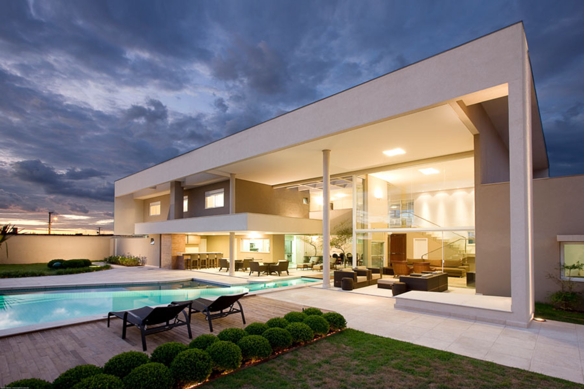 Uma piscina dentro de casa casa de valentina for Piscina 4 esquinas