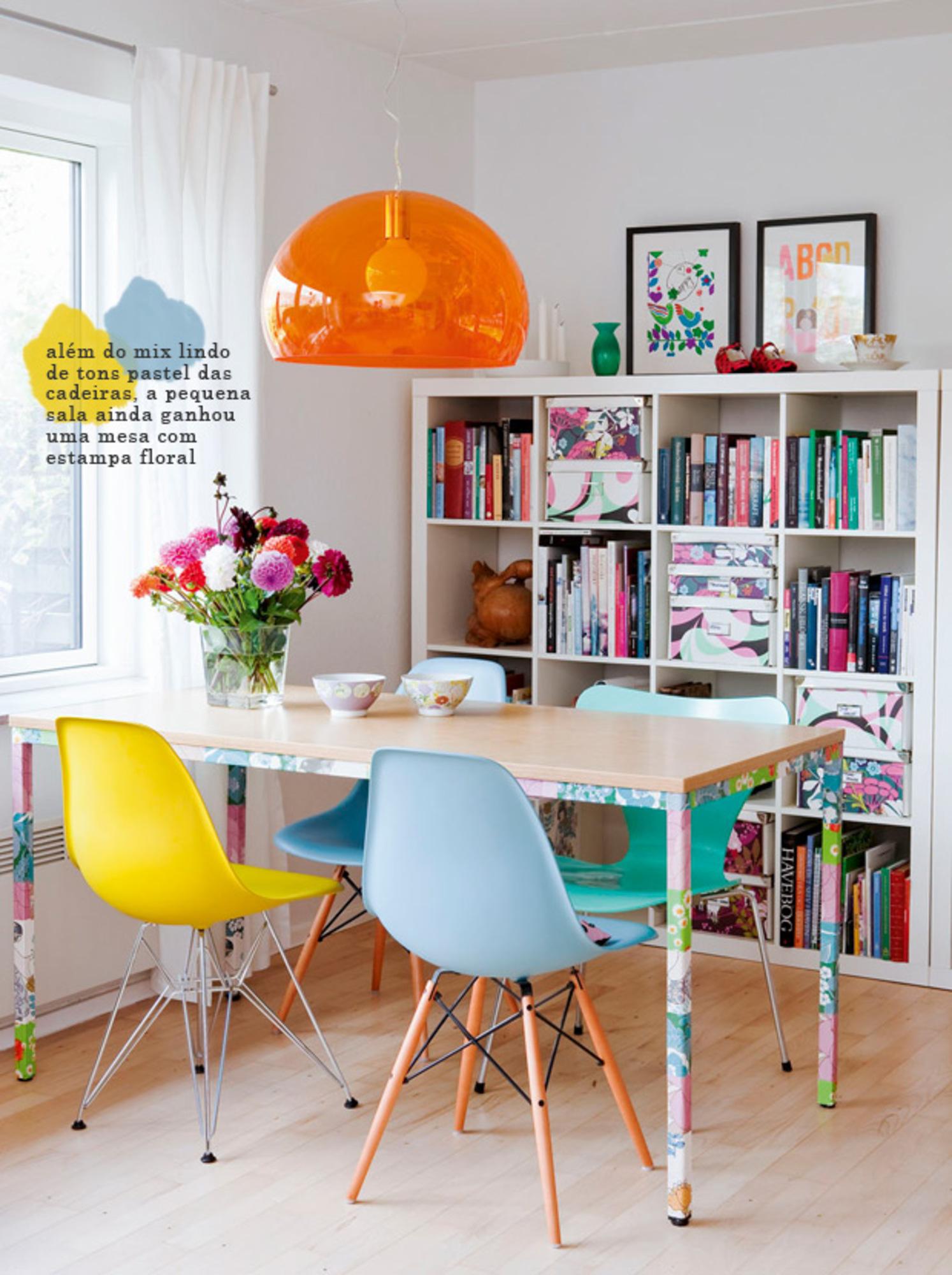 Cadeiras Coloridas Na Mesa De Jantar Casa De Valentina -> Decoracao De Sala Pequena Vermelha E Amarela