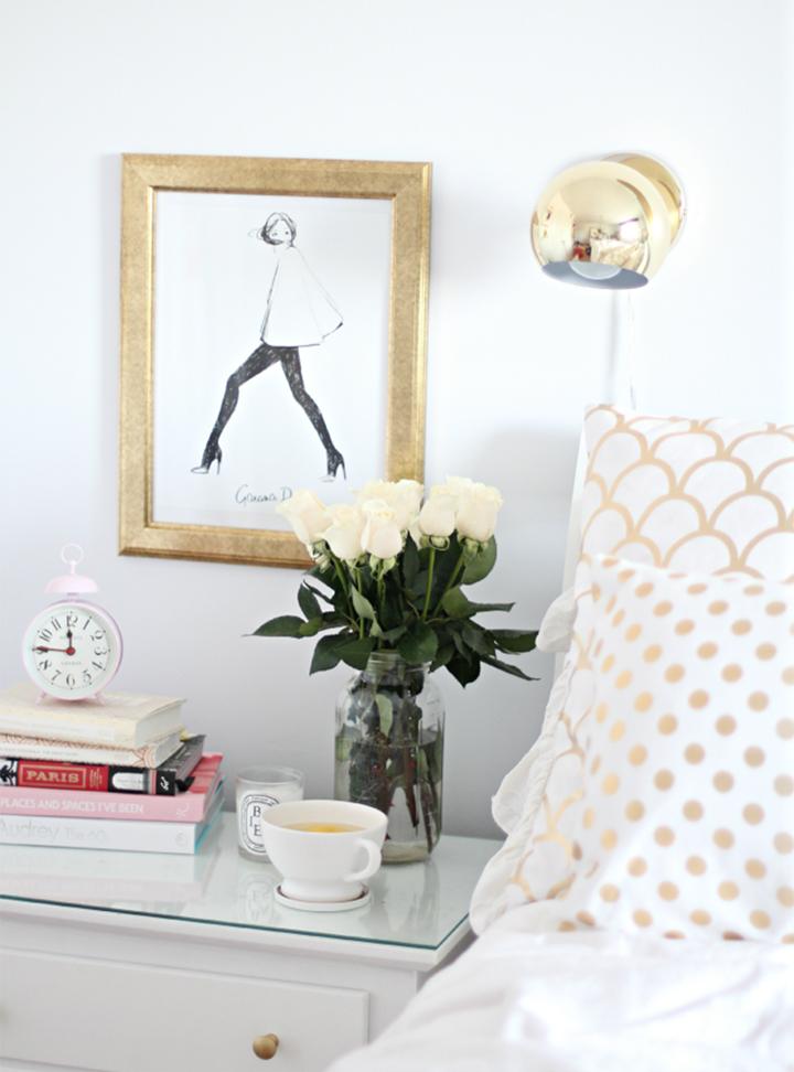 Decoração de: Detalhes  - criado-mudo; moldura dourada; Casa de Valentina