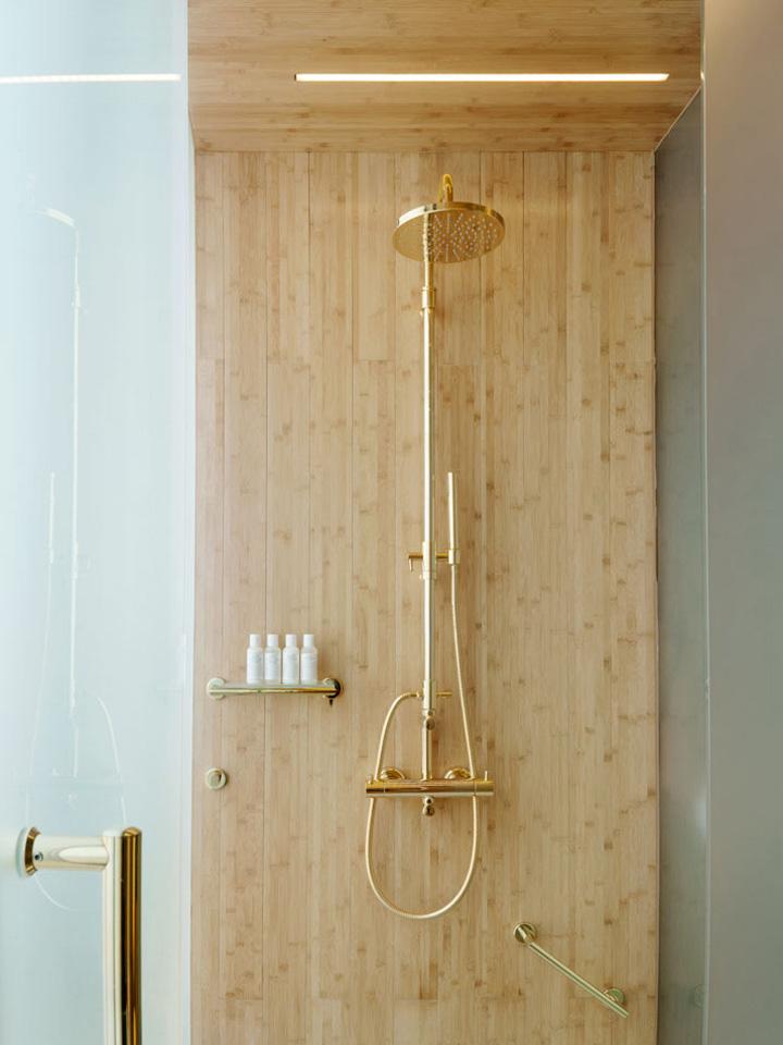 Decoração de: Banheiro - chuveiro dourado. Casa de Valentina