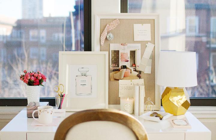 Decoração de: Home office - abajur dourado; Casa de Valentina