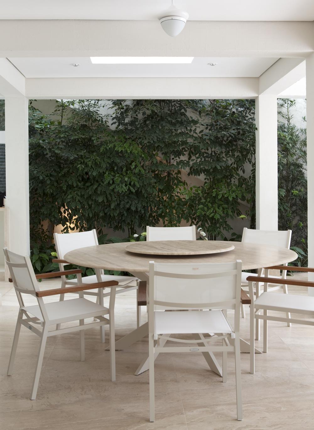 Decoração de: Varanda  - área de refeição; mesa redonda