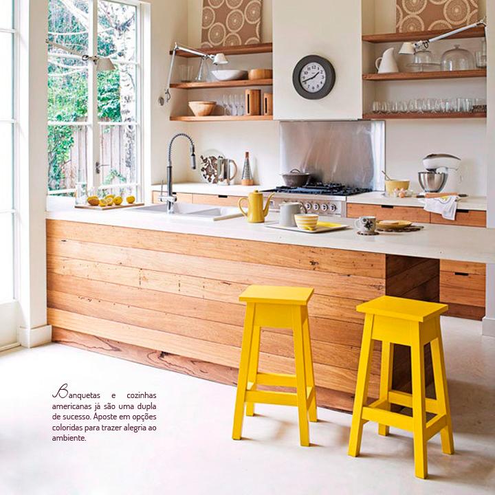Decoração de: Cozinha integrada - banquetas amarelas; Casa de Valentina