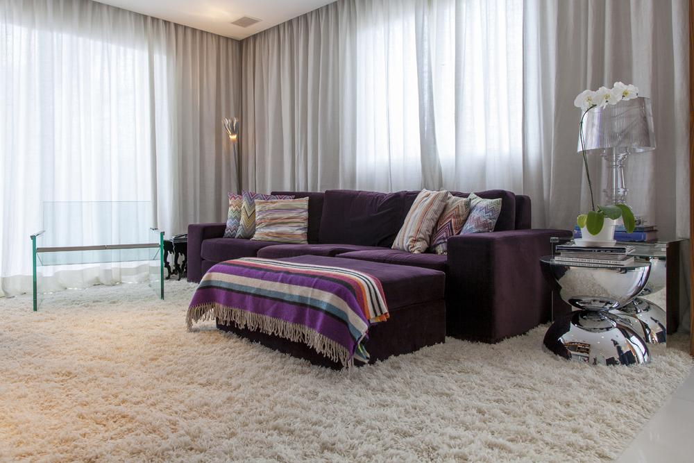 Sala de televisão; sofá roxo; Casa de Valentina