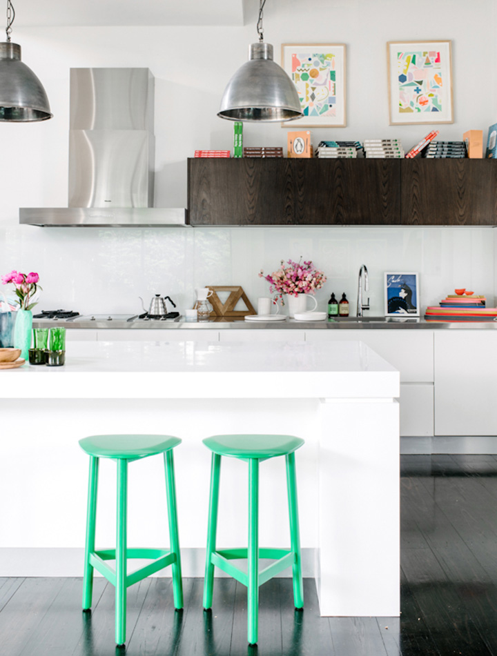 Decoração de: Cozinha integrada - banquetas verdes; Casa de Valentina
