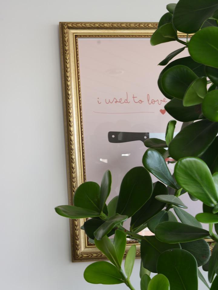 Decoração de detalhes; Poster com frase; Casa de Valentina