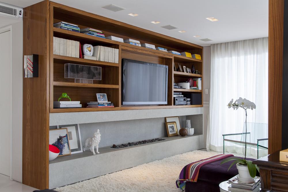 sala de televisão; estante de madeira; Casa de Valentina