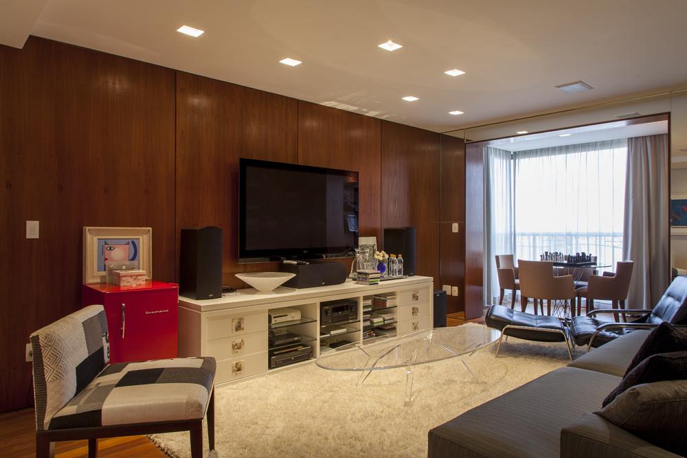 Decoração de: Sala de televisão - painel de madeira; Casa de Valentina