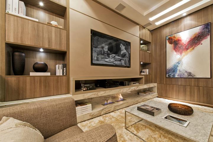 Decoração de: Sala de televisão; estante com nichos; Casa de Valentina