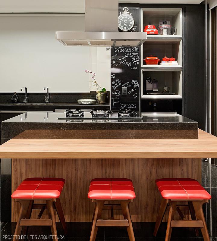 Decoração de: Cozinha integrada; bancada de madeira; Casa de Valentina
