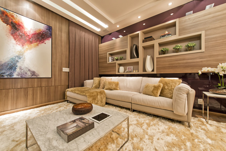 Decoração de: Sala de televisão; painel de madeira; Casa de Valentina