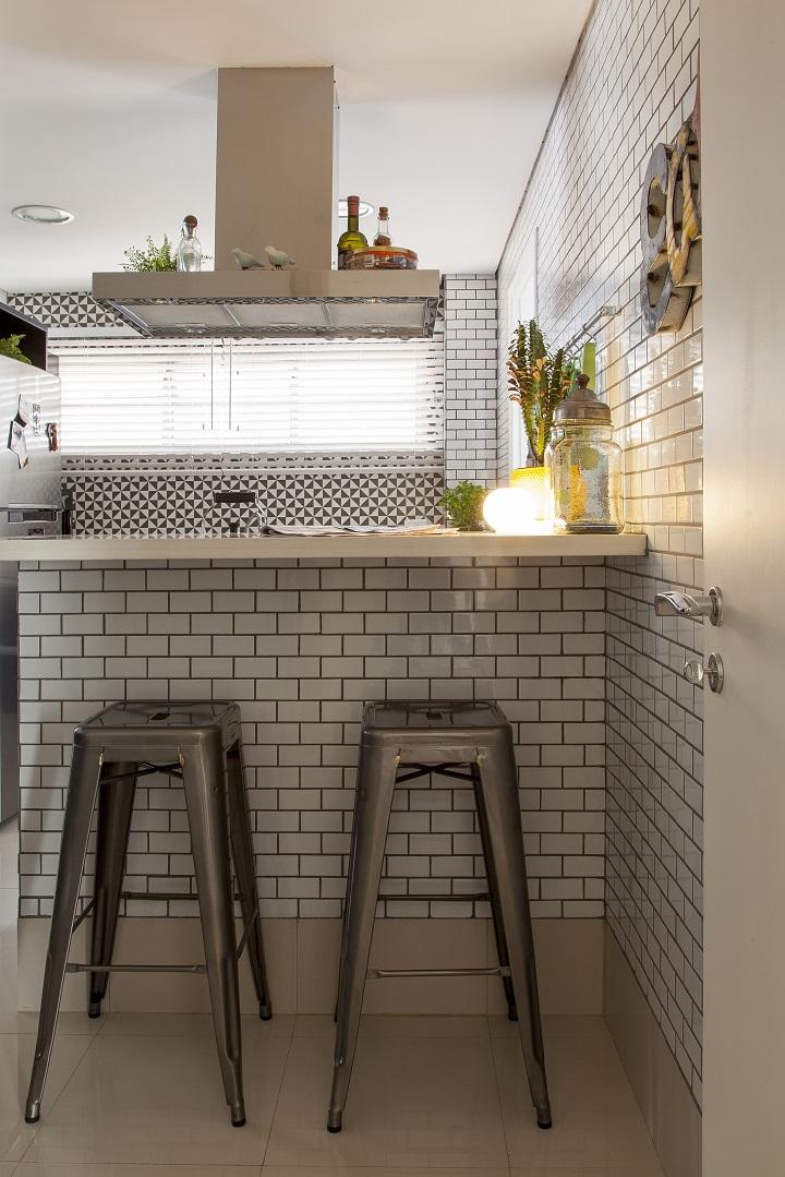 Decoração de: Cozinha; banquetas prateadas; Casa de Valentina