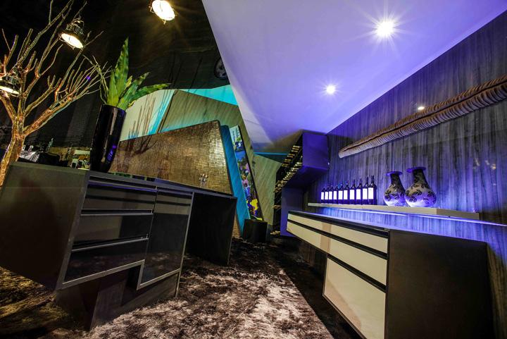 Decoração de: Cozinha integrada; balcão preto; Casa de Valentina