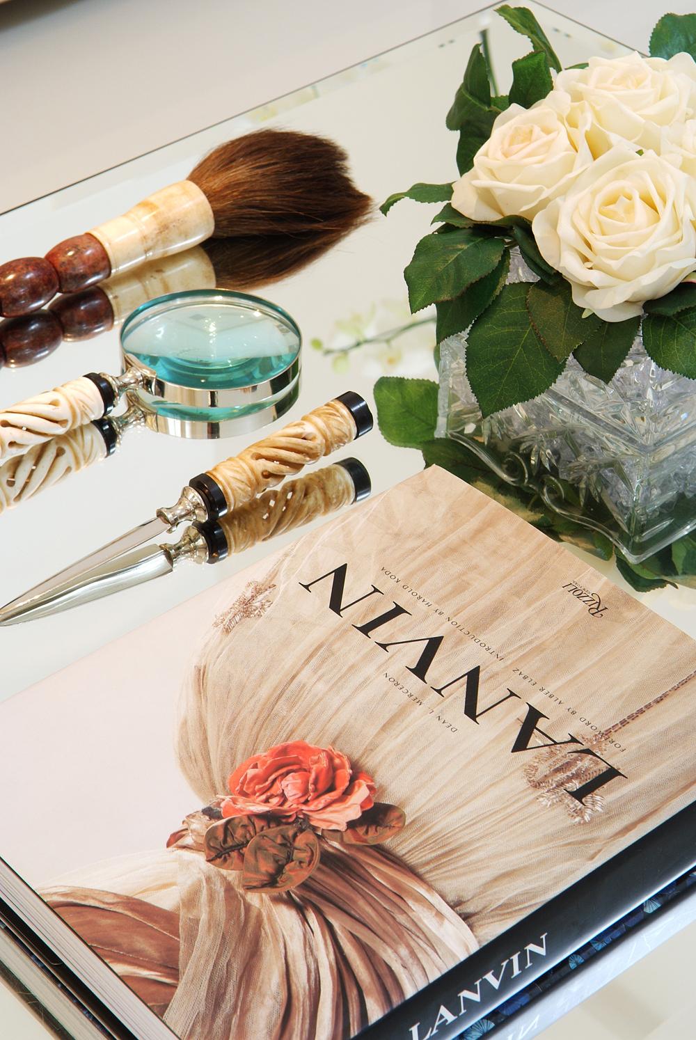Decoração de: Detalhes; mesa de centro espelhada; Casa de Valentina
