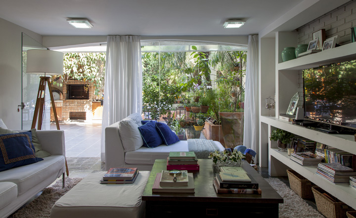 Decoração de: Sala de televisão; parede de vidro; Casa de Valentina