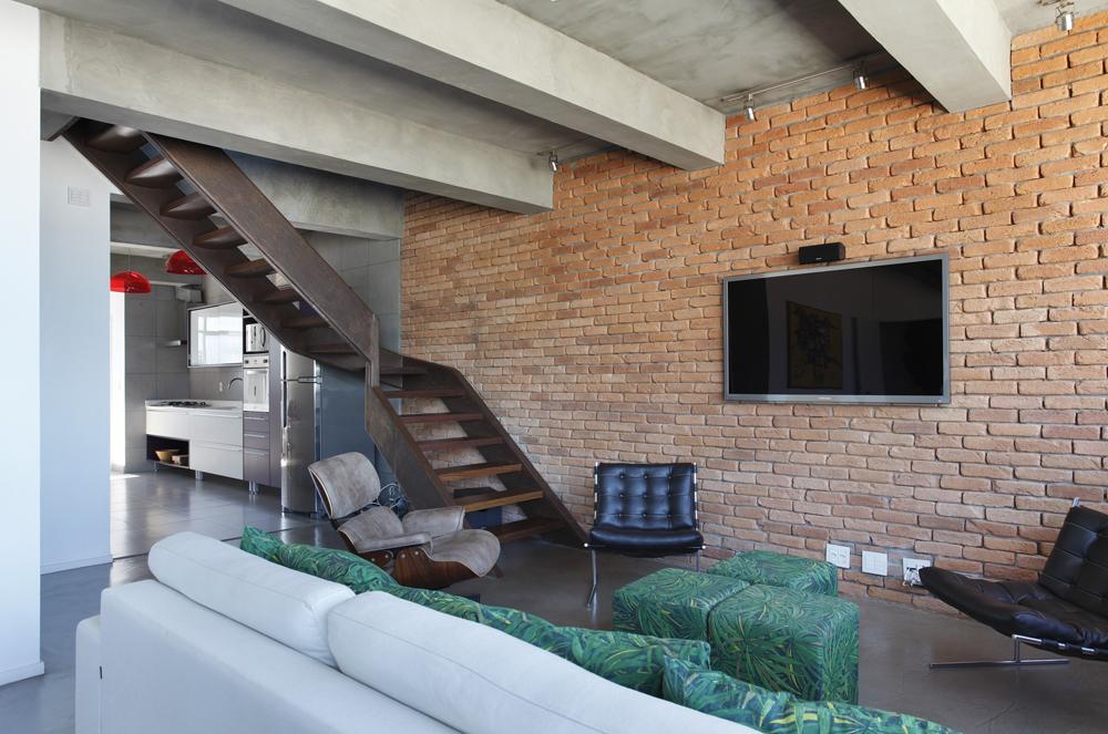 Decoração de: Sala de televisão; poltrona de leitura Eames;  Casa de Valentina