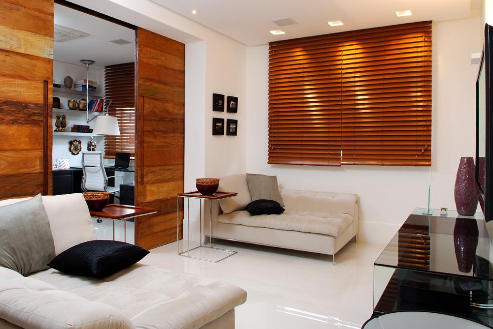 Decoração de: Sala de televisão; porta de correr de madeira; Casa de Valentina