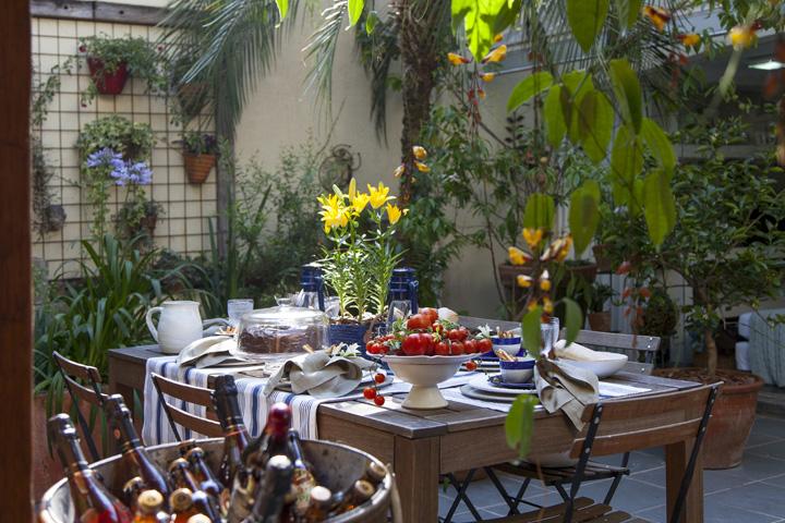 Decoração de: Varanda; tolaha de mesa listrada; Casa de Valentina