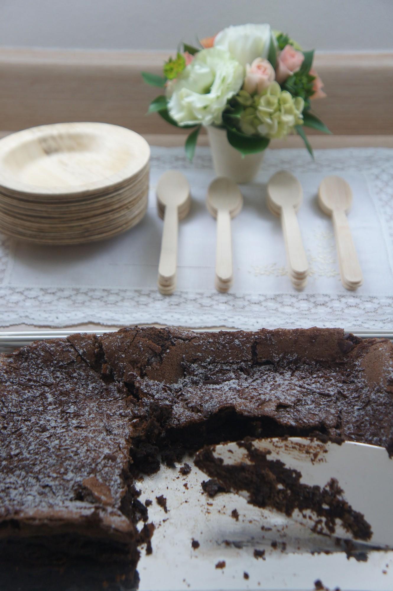 pratinhos descartáveis e bolo de café