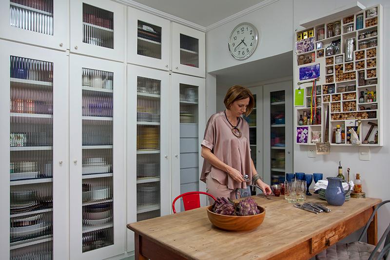 Decoração de: Cozinha; armário com porta de vidro; Casa de Valentina