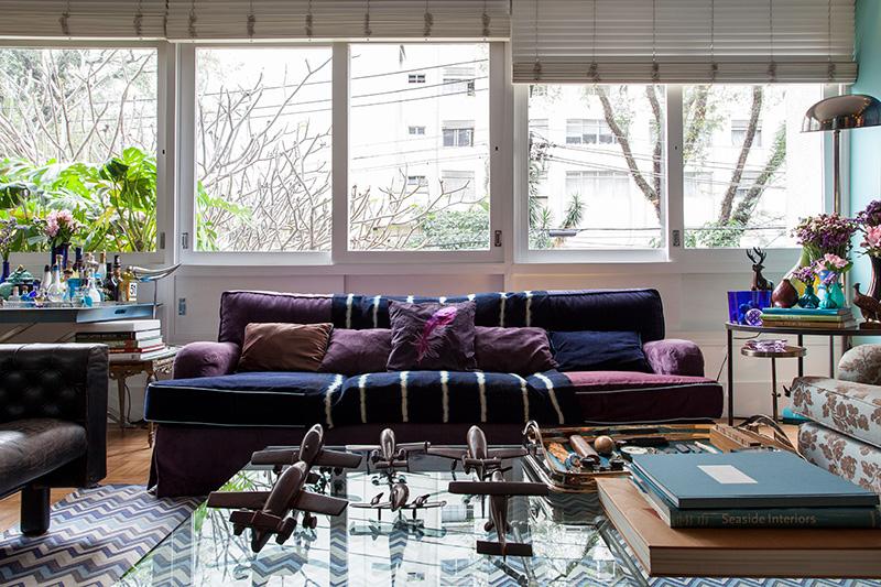Decoração de: Sala de estar; sofá azul marinho; Casa de Valentina