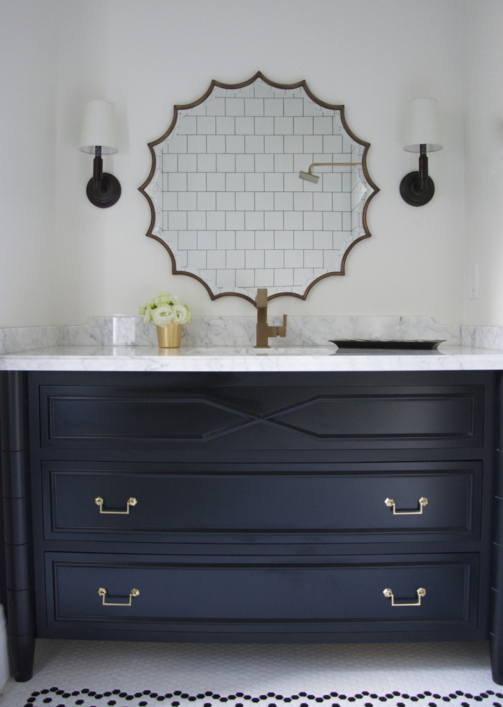 Decoração de: Banheiro; espelho com moldura desenhada; Casa de Valentina