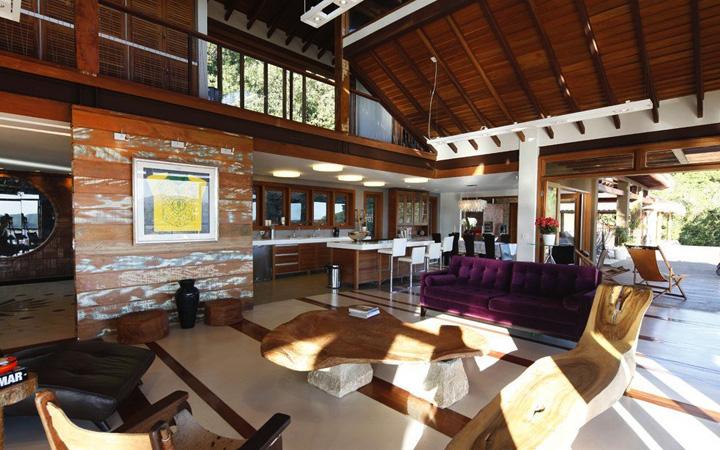 Decoração de: Sala de estar; painel de madeira de demolição; Casa de Valentina