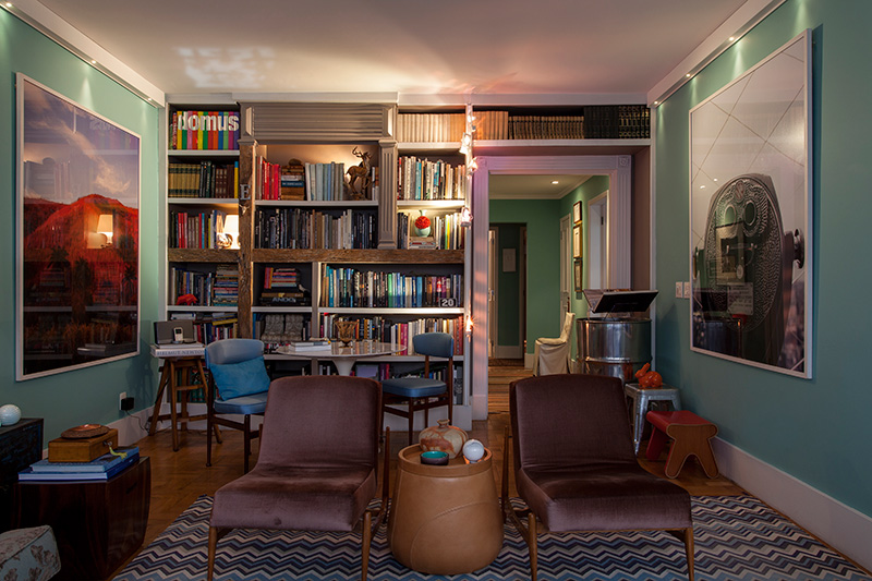 Decoração de: Sala de estar; estante aberta com detalhes em madeira; Casa de Valentina