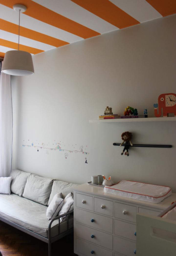 Decoração de: Quarto de bebê; cama prateada; Casa de Valentina