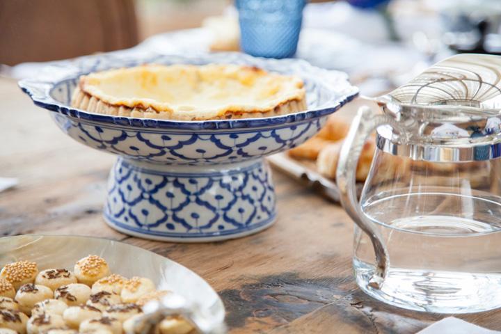 Decoração de: Detalhes; prato de bolo azul e branco; Casa de Valentina