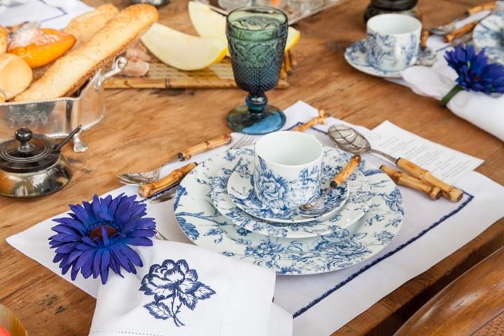 Decoração de: Detalhes; prato estampado azul e branco; Casa de Valentina