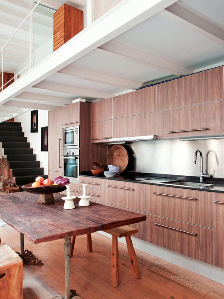 Decoração de: Cozinha integrada; armários de madeira; Casa de Valentina
