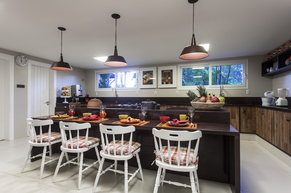 Decoração de: Cozinha; cadeira rústica branca; Casa de Valentina