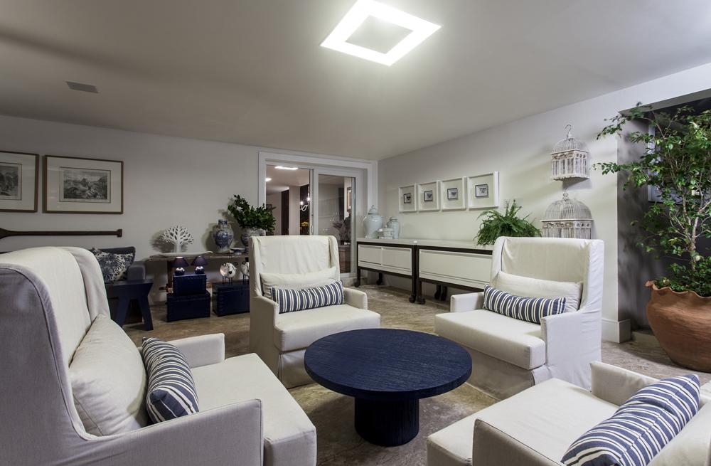 Decoração de: Sala de estar; poltrona estofada branca; Casa de Valentina
