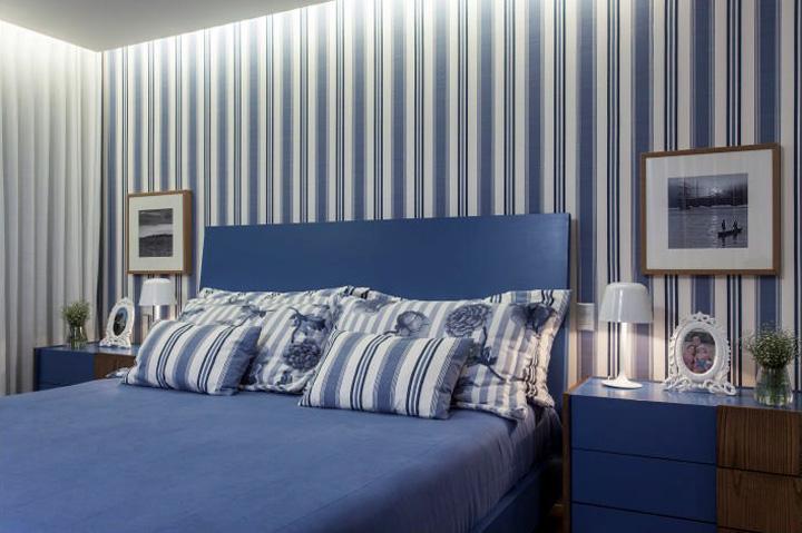 Decoração de: Quarto de casal; papel de parede branco e azul; Casa de Valentina