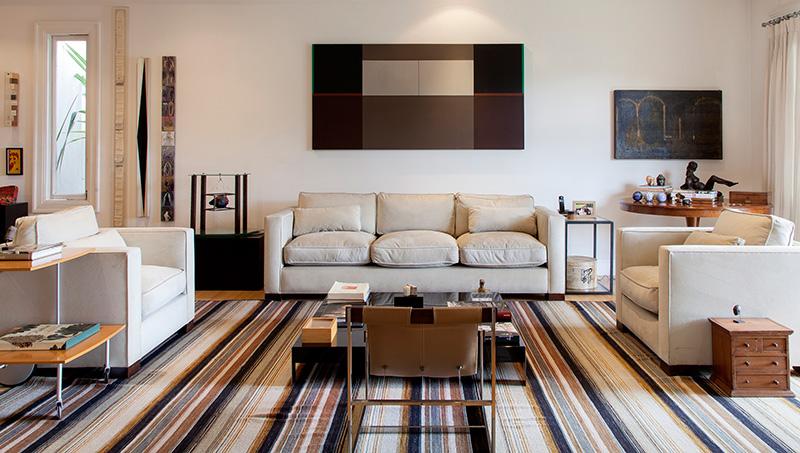 Decoração de: Sala de estar; tapete listrado bege e preto; Casa de Valentina