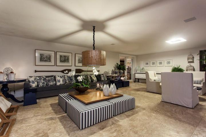 Decoração de: Sala de estar; pufe quadrado listrado; Casa de Valentina