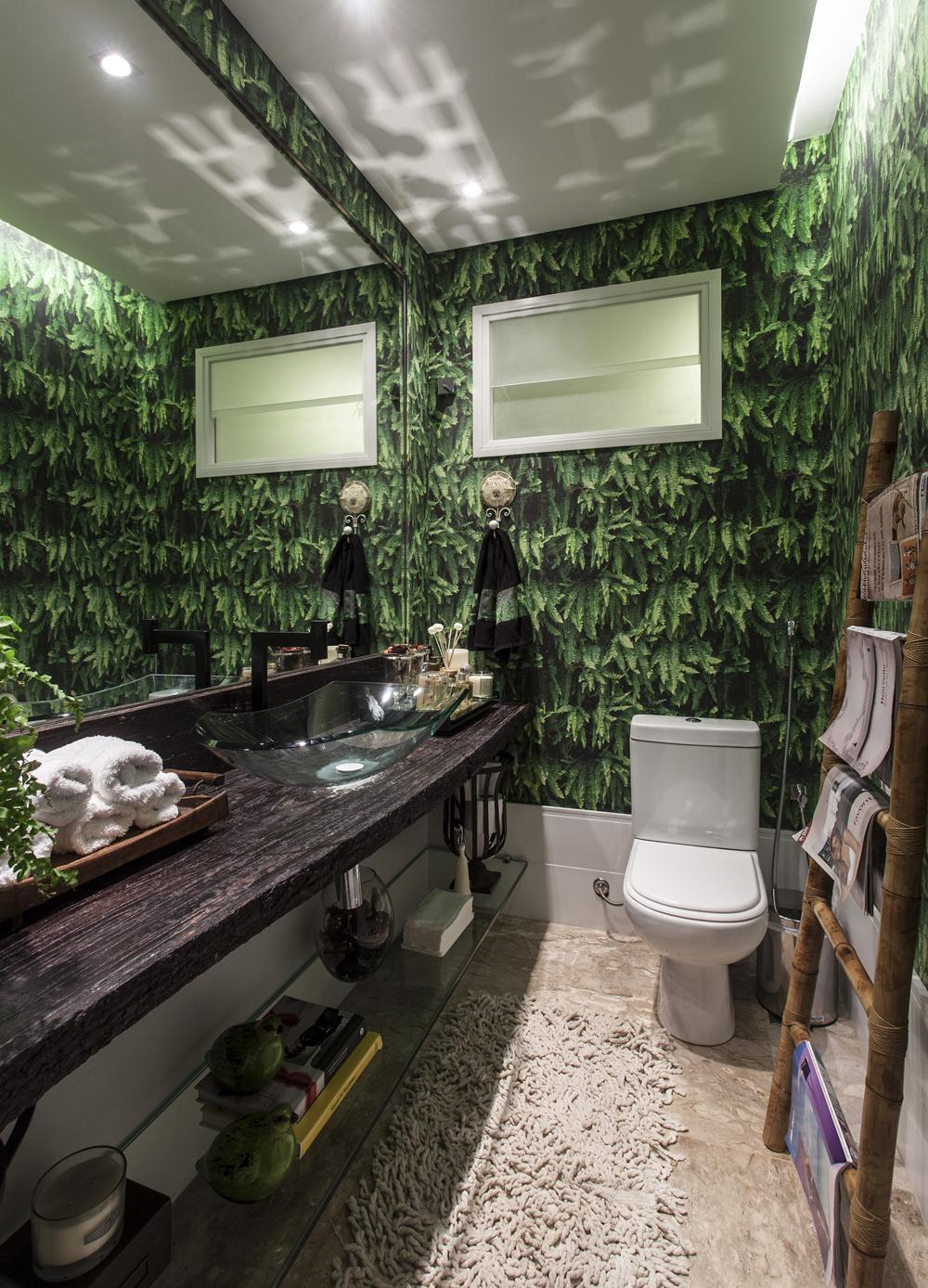 Decoração de: Lavabo; papel de parede de folhas; Casa de Valentina
