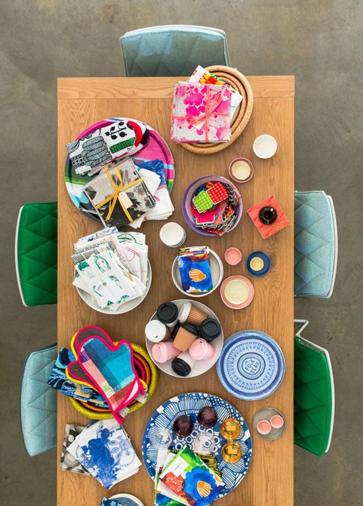 Decoração de: Sala de jantar; cadeiras estofadas verdes e azuis;  Casa de Valentina