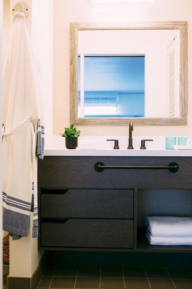 Decoração de: Banheiro; armário preto; Casa de Valentina