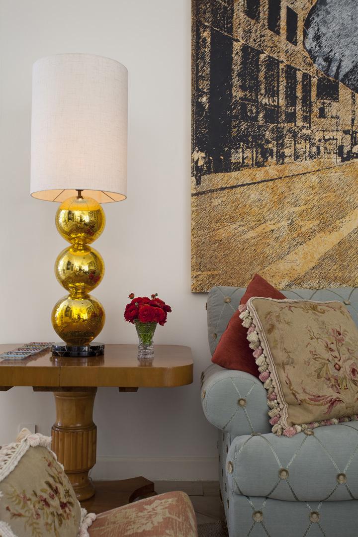 Decoração de: Detalhes; abajur dourado; Casa de Valentina