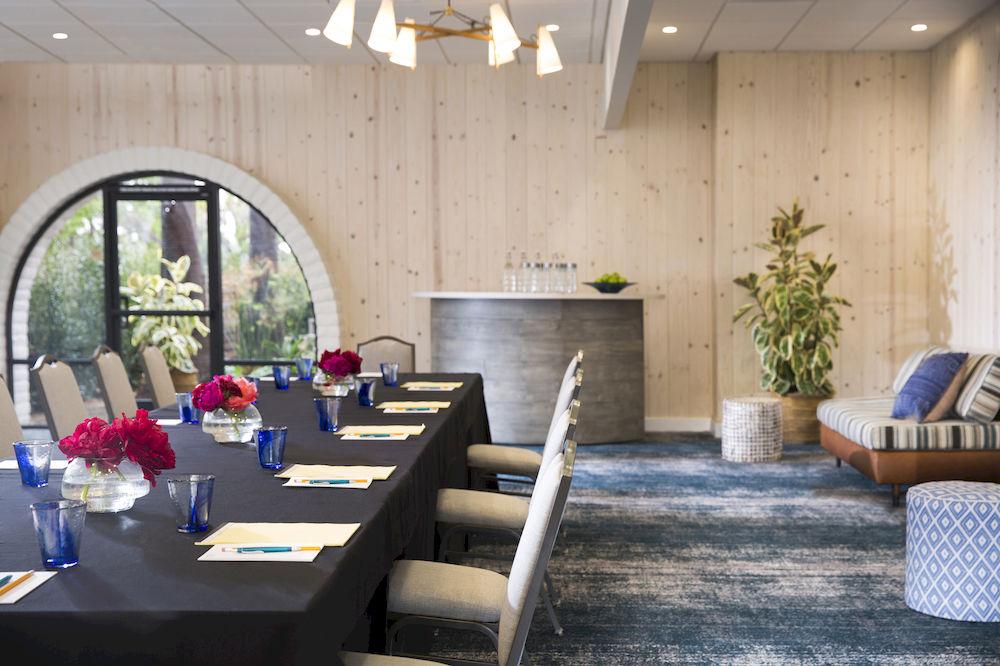 Decoração de: Sala de jantar; copos azuis; Casa de Valentina
