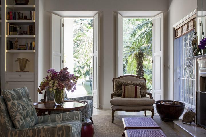 Decoração de: Sala de estar; poltrona estampada azul; Casa de Valentina