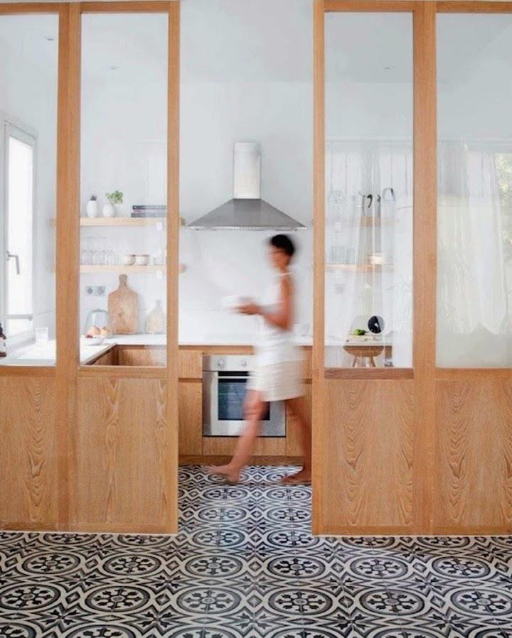 Decoração de: Cozinha integrada; porta de correr com vidro; Casa de Valentina