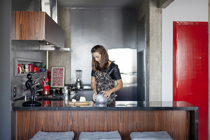 Decoração de: Cozinha integrada; bancada de madeira e gratino; Casa de Valentina