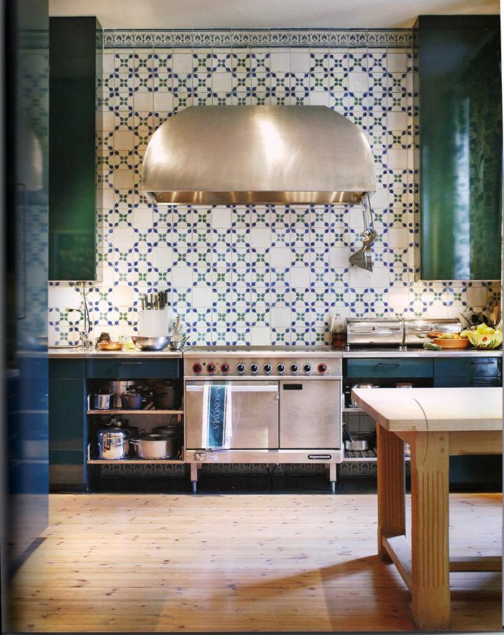 Decoração de: Cozinha; azulejos azuis, brancos e verdes;  Casa de Valentina
