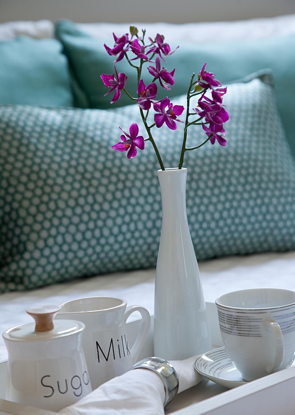 Decoração de: Detalhes; vaso de cerâmica branco; Casa de Valentina