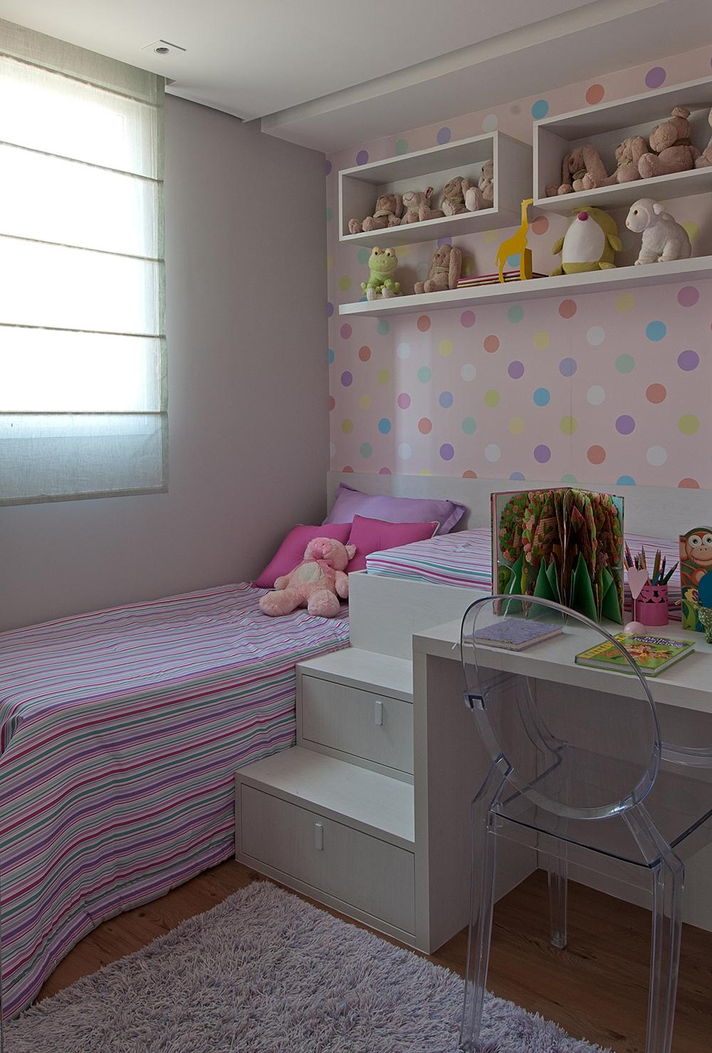 Decoração de: Quarto de criança; roupa de cama listrada rosa Casa de Valentina