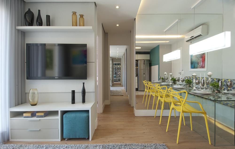 Decoração de: Sala de estar; pufe azul quadrado; Casa de Valentina